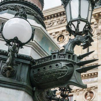 Latarnie na placu Opery w Paryżu
