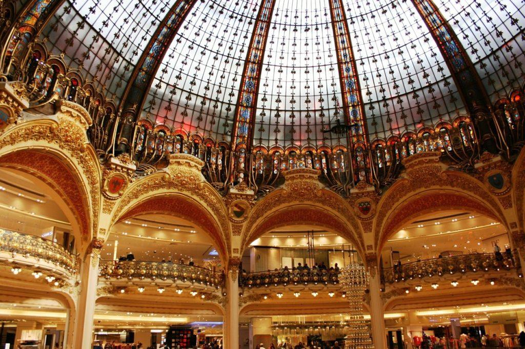 spacer wokolicy paryskiej Opery Garnier