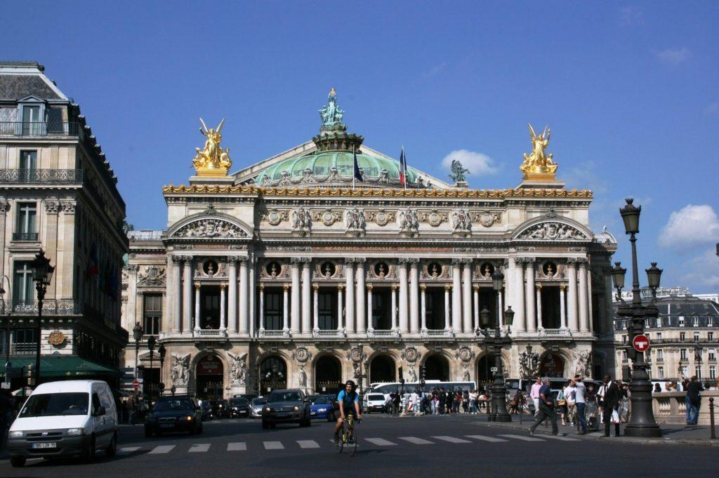 spacer wokolicy paryskiej opery