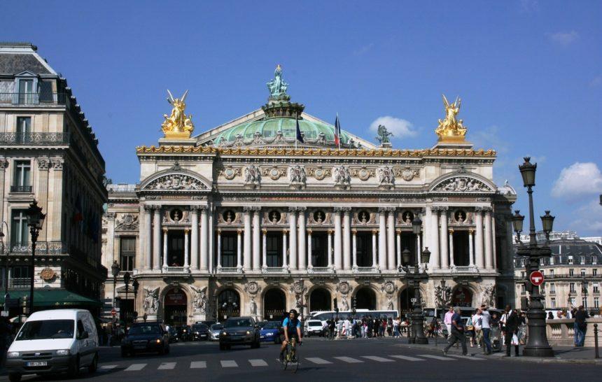 Spacer w okolicy paryskiej Opery